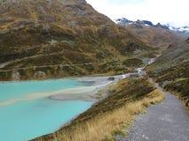 冰河在湖Silvretta的小河流入高山风景 免版税库存图片