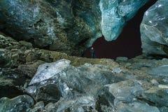 冰洞在晚上在冰岛 免版税库存图片