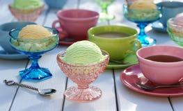 冰淇凌、冰糕和茶在表上 免版税库存图片