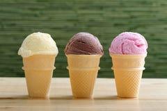 冰淇凌三个锥体用巧克力草莓 免版税库存照片