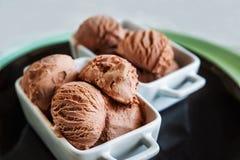 冰淇凌作为背景 巧克力冰淇凌球,结构,纹理 在一个美丽的盘的冷冻可可粉 免版税库存图片