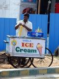 冰淇凌供营商,班格洛,印度 免版税库存图片