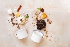 冰淇凌和成份瓢与搪瓷杯子,平的位置 免版税库存图片