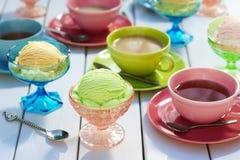 冰淇凌和茶在野餐桌上 库存图片