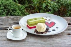 冰淇凌和蛋糕在板材 图库摄影