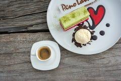 冰淇凌和蛋糕在板材 免版税库存图片