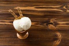 冰淇凌在一张棕色木桌上站立 图库摄影