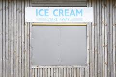 冰淇凌在咖啡馆木板夏天海边客厅英国的待售标志 库存照片