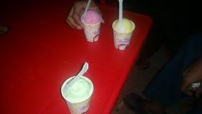 冰淇凌在夜间吃 库存图片
