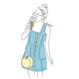 冰淇凌女孩 有袋子和冰淇凌的时髦的时尚女孩 免版税库存图片