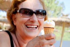 冰淇凌妇女 免版税库存照片