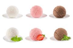 冰淇凌挖出六个球的汇集在板材-乳脂状,草莓,巧克力的-装饰的薄荷叶,切片莓果 被隔绝的o 库存照片