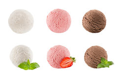 冰淇凌挖出六个球的汇集-乳脂状,草莓,巧克力-装饰的薄荷叶,切片莓果 图库摄影