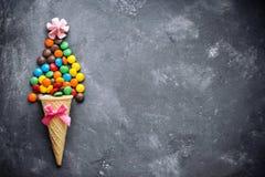 冰淇凌用五颜六色的巧克力釉糖果糖衣杏仁 库存图片