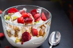 冰淇凌用在圈子的新鲜的草莓 库存照片