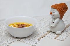 冰淇凌用海鼠李和雪人滑雪者莓果  库存图片