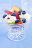 冰淇凌用莓果和果子 免版税库存图片