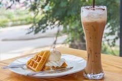 冰淇凌用被冠上的奶蛋烘饼 免版税库存照片