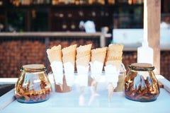 冰淇凌的奶蛋烘饼杯子 玻璃瓶子用肉桂条 免版税库存图片