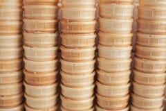 冰淇凌的甜杯子 奶蛋烘饼背景 免版税库存图片