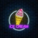 冰淇凌的霓虹发光的标志与釉的在圈子框架 在奶蛋烘饼锥体的冰淇凌 快餐轻的广告牌标志 免版税库存照片