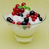 冰淇凌装饰用在一个玻璃花瓶的黑和红浆果 免版税图库摄影