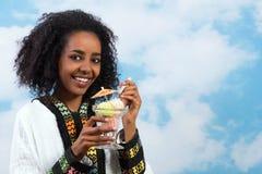 冰淇凌非洲人女孩 库存图片