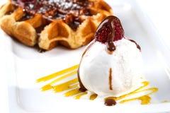 冰淇淋和维也纳奶蛋烘饼在一块白色板材在一个被隔绝的白色背景特写镜头 库存图片