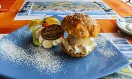 冰淇淋点心用奶油甜点和装饰用果子在中央旅馆沃尔特 免版税图库摄影