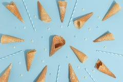 冰淇淋的奶蛋烘饼锥体在蓝色背景 顶视图 免版税库存图片