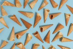 冰淇淋的奶蛋烘饼锥体在蓝色背景 顶视图 库存照片