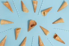 冰淇淋的奶蛋烘饼锥体在蓝色背景 顶视图 免版税图库摄影