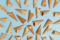 冰淇淋的奶蛋烘饼锥体在蓝色背景 顶视图 免版税库存照片