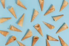 冰淇淋的奶蛋烘饼锥体在蓝色背景 r 免版税库存图片