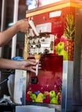 冰淇淋的生产的自动机器在奶蛋烘饼杯的 库存图片