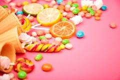 冰淇淋胡扯锥体用五颜六色的糖果 免版税图库摄影