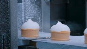 冰淇淋自动生产线-有圆锥形的冰淇淋杯的传送带 影视素材