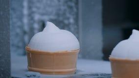 冰淇淋自动生产线-有圆锥形的冰淇淋杯的传送带 股票录像