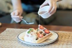冰淇淋草莓奶蛋烘饼 免版税库存照片