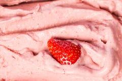 冰淇淋:乳脂状的草莓冰淇淋客厅在icecreamshop的窗口里 免版税库存图片
