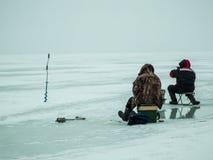 冰渔在俄罗斯 库存照片