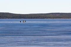 冰渔的渔夫在冻湖 免版税库存照片