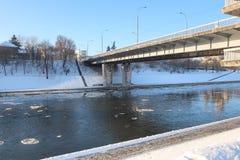 冰漂泊在河涅里斯河的冬天 免版税库存图片