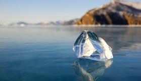 冰片断在湖的 免版税库存图片