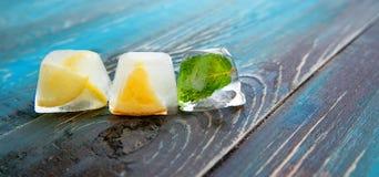 冰片断用柠檬,薄菏,橙色 免版税库存图片