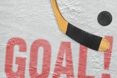 冰球和棍子在冰,目标 免版税库存照片