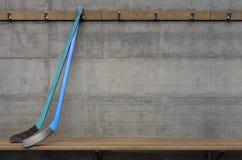 冰球棍子在变动屋子里 免版税库存图片