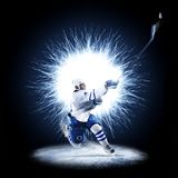 冰球球员在抽象背景滑冰 免版税库存照片