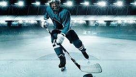 冰球盔甲的球员在体育场的运动员和手套用棍子 行动射击 r 免版税库存照片