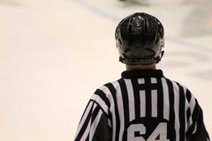 冰球裁判员如被看见从后面 免版税库存图片